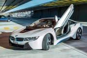 Das Design des BMW i8 ist der Aerodynamik mit möglichst geringen Luftwiderstandswerten geschuldet. Auffällig sind die Flügeltüren. (Bild Felix von Wartburg)