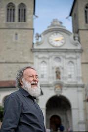 Hat gut lachen: Organist Wolfgang Sieber vor der Luzerner Hofkirche. (Bild: Corinne Glanzmann (10. Juli 2017))