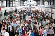 Zugpassagiere gestern im Bahnhof Luzern: Für den Arbeitsweg werden, anders als in der Freizeit, immer längere Strecken in Kauf genommen. (Bild: Manuela Jans / Neue LZ)