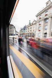 Blick aus einem Linienbus auf den Schwanenplatz. (Bild: Roger Grütter (Luzern, 1. September 2017))
