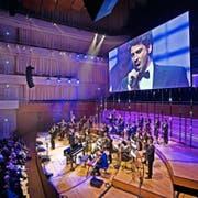 Eine Stimme so gross wie die Leinwand: der «Italian Tenor» Sabino Gaita beim Auftritt mit dem Christoph Walter Orchestra im KKL. (Bild: Pius Amrein)