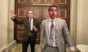 Die venezolanischen Oppositionspolitiker Luis Sefanelli (links) und José Regnault stehen in den Gängen des Parlamentsgebäudes unmittelbar nach dem Angriff von Schlägertruppen am Mittwoch. (Bild: Miguel Gutierrez/EPA (Caracas, 5. Juli 2017))