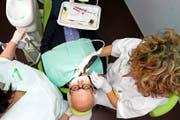 Wer in der Schweiz als Zahnarzt Hand anlegen will, muss ein eidgenössisches oder ein vom Bund anerkanntes ausländisches Diplom vorweisen. Auch ein Strafregisterauszug wird verlangt. (Symbolbild Keystone/Laurent Gillieron)