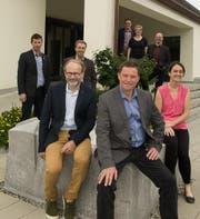 Der Einwohnergemeinderat Kerns in aktueller Zusammensetzung inklusive Gemeindeschreiber. Marco De Col (vorne links sitzend) und Sonnie Burch-Chatti (ganz rechts) treten zurück. (Bild: PD)