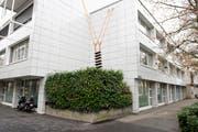 Die «Luftleiter» von Quido Sen durchbricht die geometrische Strenge des Gebäudekomplexes an der Gubelstrasse. (Bild Maria Schmid)