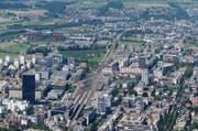 Luftiger Blick auf Zug mit dem Park Tower (links). (Bild: Stefan Kaiser / Neue ZZ)