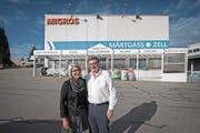 Pioniere in der Zusammenarbeit von Detailhändlern: Irene und Peter Ritter-Steiner vor «ihrem» Zentrum. (Bild: Pius Amrein (Zell, 12. Oktober 2017))
