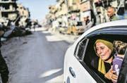 Eine Anwohnerin von Rakka weint während der Rückkehr beim Anblick ihrer zerstörten Stadt. (Bild: Bulent Kilic/AFP (20. Oktober 2017))