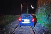 Auf den Bahngeleisen blieb das Auto schliesslich stecken. (Bild: Luzerner Polizei)