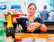Claudia Wehrle arbeitet am Getränkestand. (Bild: Neue LZ / Philipp Schmidli)