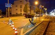 Bei der Kreiselausfahrt ist das Auto mit dem Inselpfosten kollidiert. (Bild: Luzerner Polizei)