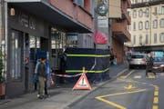 In der Loco Bar an der Baselstrasse ist es zu dem Tötungsdelikt gekommen. Die Polizei hat einen schwarzen Sichtschutz vor dem Lokal aufgestellt. (Bild: Dominik Wunderli (2. November 2017, Luzern))
