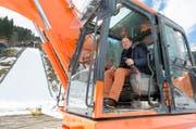 Der Obwaldner Regierungsrat Niklaus Bleiker setzt den Bagger in Betrieb. (Bild: Keystone / Urs Flüeler)