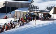 Schneesportler mussten - wie hier etwa auf der Frutt - mit kurzen Wartezeiten rechnen. Bild Philipp Schmidli /Neue LZ