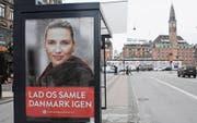 «Lasst uns Dänemark einen» steht auf dem Wahlplakat der Chefin der dänischen Sozialdemokraten, Mette Frederiksen. Sie sorgt mit einem radikalen Vorschlag zur Abschaffung des Asyls in Dänemark für Aufsehen. (Bild: Francis Joseph Dean/imago (Kopenhagen, 12. Januar 2018))