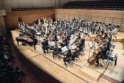 Musizierten wörtlich nebeneinander: Junge Philharmonie Zentralschweiz und Luzerner Sinfonieorchester. (Bild: Nadia Schärli (Luzern, 31. Januar 2018))