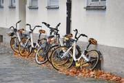 Einfach abgestellt: O-Bike-Velos lehnen an einer Hausfassade in München. (Bild: Sven Simon/Imago (10. November 2017))