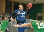 Linkshänder Yves Mühlebach (am Ball) bringt Tempo und Präzision ins Spiel der SG Pilatus. (Bild: Dominik Wunderli (Kriens, 16. September 2017))