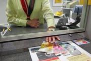An Postschaltern ohne das Sicherheitsglas gibt es nur noch höchstens 500 Franken in bar (Symbolbild). (Bild: Phillipp Schmidli / Neue LZ)