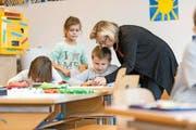 Den Luzerner Lehrerinnen und Lehrern soll der Lohn ab kommendem Schuljahr nach einem neuen System ausbezahlt werden. (Symbolbild Christian Beutler/Keystone)