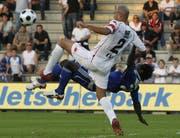 Carlos Goncalves (vorne) im Duell gegen Jean-Michel Tchouga. (Bild Keystone)