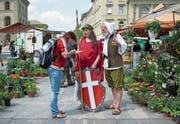Als Helvetia und Wilhelm Tell verkleidet wurden 2014 in Bern Unterschriften für die Vollgeld-Initiative gesammelt. (Bild: Gian Ehrenzeller/Keystone (3. Juni 2014))
