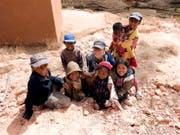 Maya Gander während ihres Aufenthalts inmitten madegassischer Kinder. (Bild: PD)
