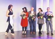 Valeria Huwiler (von links) durfte der Siegerin die Schärpe überreichen. Wer den Titel gewann, entschieden Isabelle Rogenmoser «Charmante Zugerin 2014», Florian Hofer, Chefredaktor, Jessica Frei von C & A und René Wicki von der Amag Zug. (Bild: Daniel Frischherz)