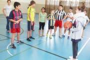 Teambesprechung: Die Kinder erhalten Instruktionen des Junior Coach. (Bild: pd / Luc-François Georgi)