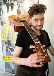 Strassenmusiker Daniele Martin spielte fürs Vorpremierenpublikum. (Bild: Eveline Beerkircher (2. April 2017))
