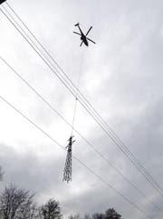 Freileitungsmasten werden weggeflogen (Bild: Leserbild Lukas Bannwart)