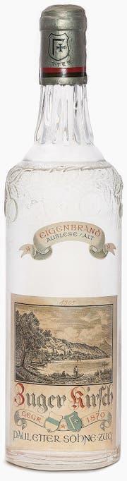 Älteste Flasche der «Paul Etter Söhne Zug» mit Originalkirsch und Etikette «Zuger Kirsch, Eigenbrand», 1905. (Bild: Firmenarchiv Etter Zug)