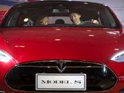 Berichte über Probleme bei der Radaufhängung: US-Behörde nimmt Elektroauto Tesla ins Visier. (Symbolbild) (Bild: KEYSTONE/AP/MARK SCHIEFELBEIN)