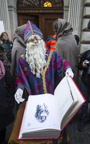 Eine Gruppe von Gewerbeschülern, verkleidet als Samichlaus mit Gefolge, überbrachte dem Kantonsrat ein grosses, selbst gefertigtes Buch. Dieses enthält zu jedem der 120 Kantonsräte einen Satz zur Bildung. (Bild: Keystone)
