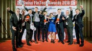 Die Gewinner der Swiss FinTech Awards 2018 (von links): Dario Zogg (Loanboox), Ivo Francioni (Loanboox), Andi Burri (Loanboox), Stefan Mühlemann (Loanboox), Antoine Verdon (Proxeus), Martina Bühler (Loanboox), Oliver Bussmann (Crypto Valley Association), Sam Chadwick (Crypto Valley Association), Kevin Lally (Crypto Valley Association). (Bild: Markus Forte)