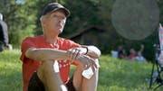 Eine Szene aus dem Dokfilm von Romana Lanfranconi: Hugo Studhalter hört sich in Sutton, Quebec, seiner kanadischen Wahlheimat, an der 1.-August-Feier sichtlich gerührt die Schweizer Hymne an. (Bild Voltafilm)