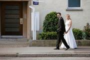 Ein Hochzeitspaar auf dem Weg zum Zürcher Zivilstandsamt. (Bild: Keystone/Steffen Schmidt)