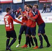 Chamer Jubel über das 1:0 von Esat Balaj (Zweiter von rechts). (Bild: Werner Schelbert (Cham, 20. September 2017))