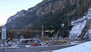 Die Strasse beim Schlattli (Bild) soll verschoben werden. Blick auf den Bau der Talstation. (Bild: René Meier)