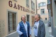 Peter (links) und Ronald Neufeld vor dem Restaurant Schiff im Brandgässli. Bild: Pius Amrein (Luzern, 10. Oktober 2016)