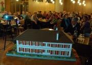 Im Haus Bethanien stand ein Modell des Schulhauses. (Bild Markus von Rotz/Neue OZ)