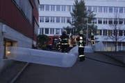 Einsatzkräfte der Feuerwehr beim Velogeschäft. (Bild: Zuger Polizei)