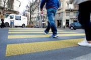 In der Stadt Luzern wird es bald mehr Mittelinseln auf Fussgängerstreifen geben, so etwa auf der Hirschmattstrasse (im Bild). (Bild Corinne Glanzmann)