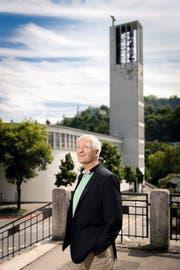 Der neue Geschäftsführer der Pfarrei St. Karl, Armin Huber (54), vor «seiner» Kirche. (Bild Philipp Schmidli)