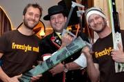 Tobias Schaer (links) und Stefan Blättler (rechts) mit Ski-Zersäger Tobias Lanz (Bild: Claudia Surek / Neue LZ)