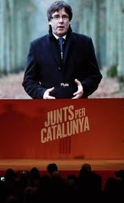 Carles Puigdemont wendet sich via Videobotschaft direkt an seine Anhänger in der Heimat. (Bild: Manu Fernandez (Barcelona, 4. Dezember 2017))