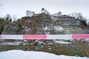 Blick auf die absturzgefährdete Felspartie unterhalb der Klosteranlage Werthenstein gestern. Der Uferbereich ist seit geraumer Zeit gesperrt. (Bild: Dominik Wunderli)