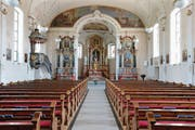 Die Bänke in der St.-Matthias-Kirche werden nicht durch Stühle ersetzt. (Bild: Stefan Kaiser (Steinhausen, 20. Juni 2017))