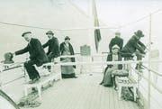 Probenahmen ab dem Dampfschiff Schwan um 1915, links an der Winde Hans Bachmann. (Bild: Eawag)