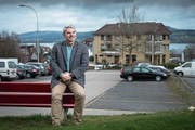 Gemeindepräsident Walter Steffen freut sich auf den Dorfplatz, der auf diesem Parkplatz entstehen soll. (Bild: Boris Bürgisser (Nottwil, 28. März 2018))